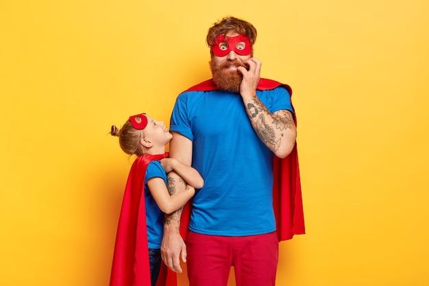 Padre barbudo preocupado y nervioso organiza vacaciones reales para niños