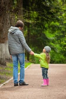 Padre caminando con hija.