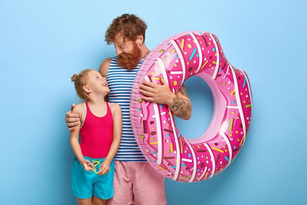 Padre cariñoso abraza a la pequeña hija de jengibre
