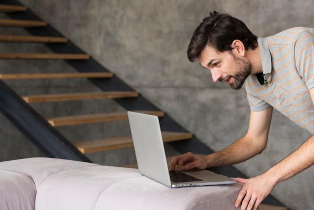 Padre en casa con laptop