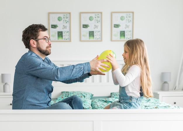 Padre celebrando el día del padre con su hija