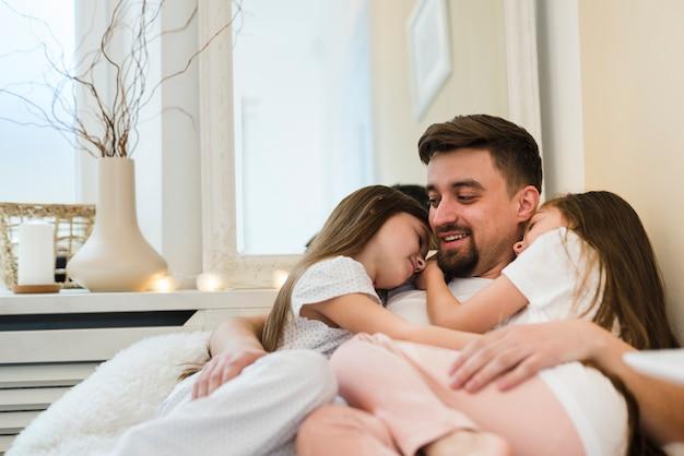 Padre celebrando el día del padre con sus hijas