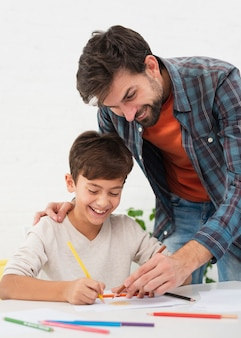 Padre coloreando con su lindo hijo