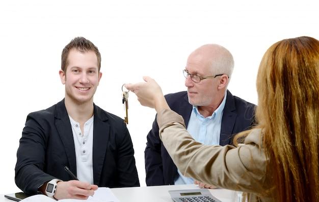 Padre comprando un departamento para su hijo