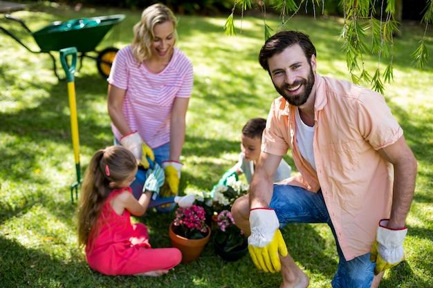 Padre contra familia durante la jardinería