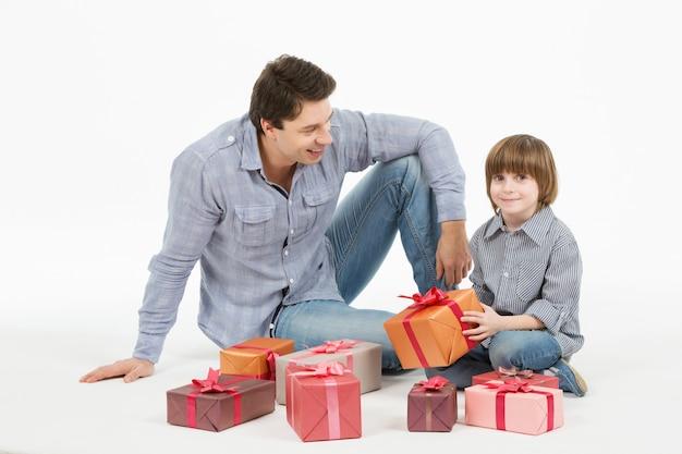Padre le da regalos a su hijo.