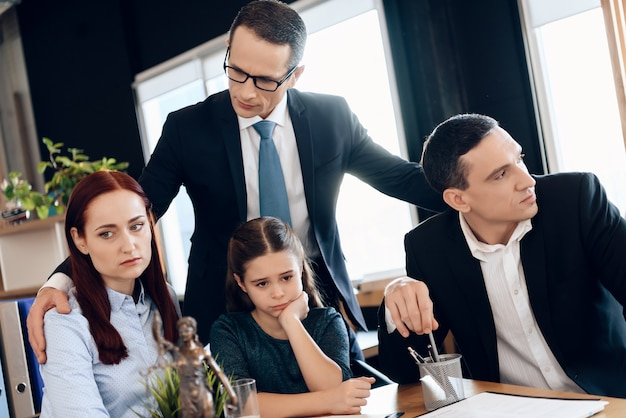 Padre decide quién será el principal guardián de la niña.
