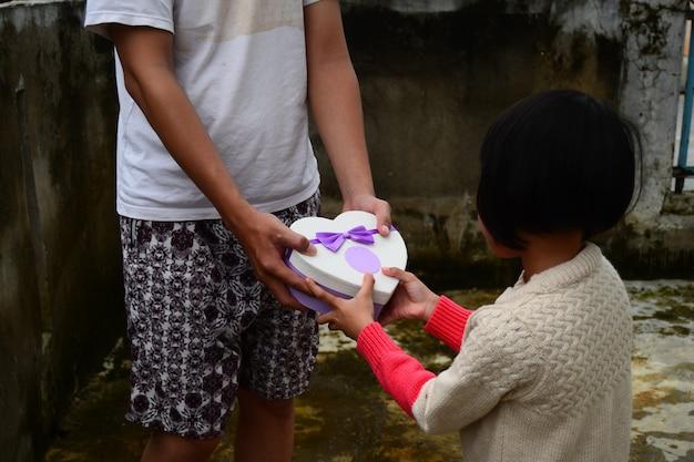 Padre le dio un regalo de amor a su hija, día del padre.