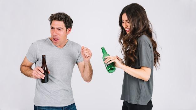 Padre e hija bebiendo cerveza y divirtiéndose