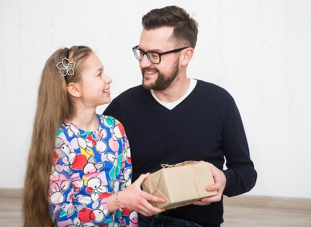 Padre e hija con caja de regalo