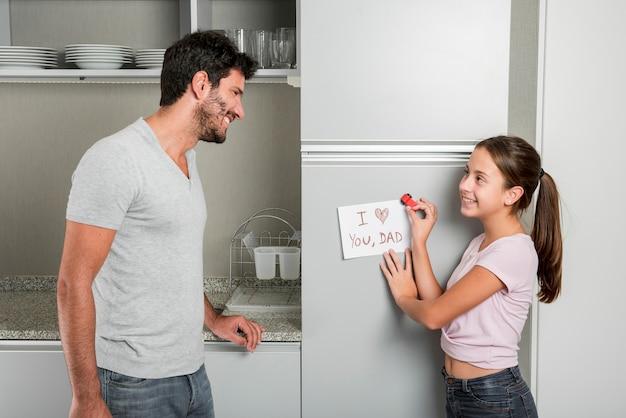 Padre e hija en cocina en el día del padre