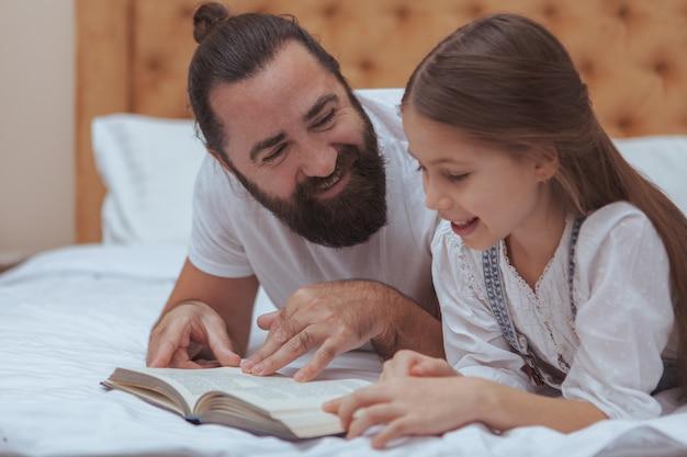 Padre e hija disfrutando de un día acogedor en casa
