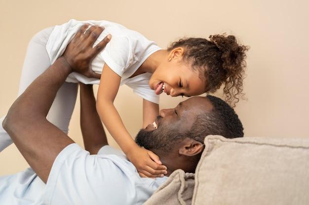 Padre e hija divirtiéndose