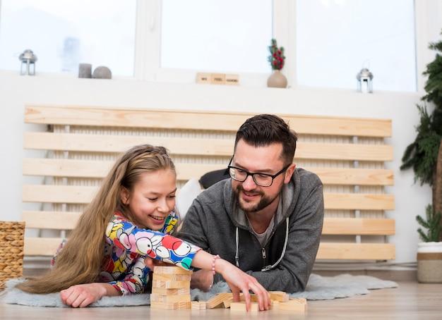 Padre e hija jugando con bloques de madera