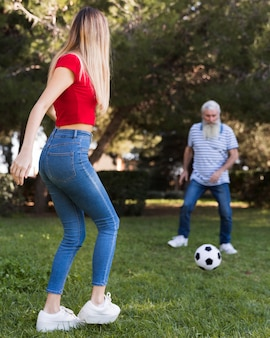 Padre e hija jugando futbol