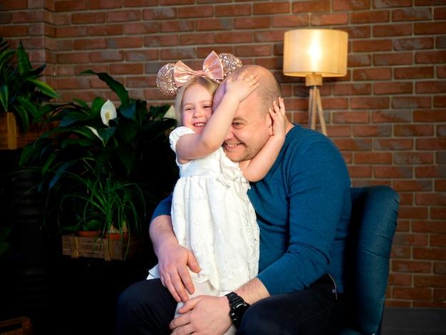 Padre e hija jugando juntos en casa. concepto del día del padre.