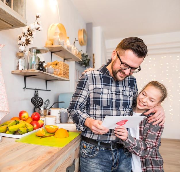 Padre e hija juntos en la cocina en el día del padre