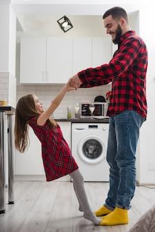 Padre e hija juntos en el día del padre