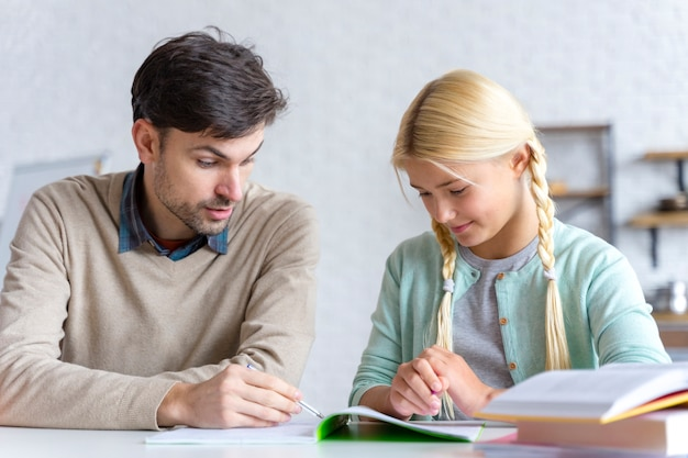 Padre e hija leyendo juntos