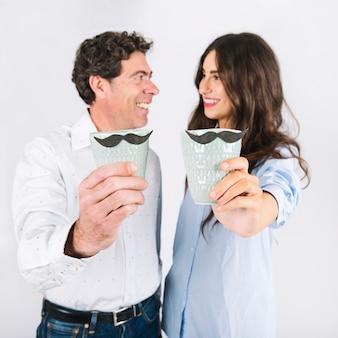 Padre e hija mostrando tazas