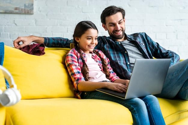 Padre e hija navegando por internet