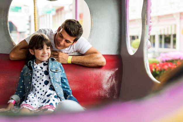 Padre e hija en el parque de atracciones