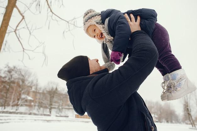 Padre e hija en un parque de invierno