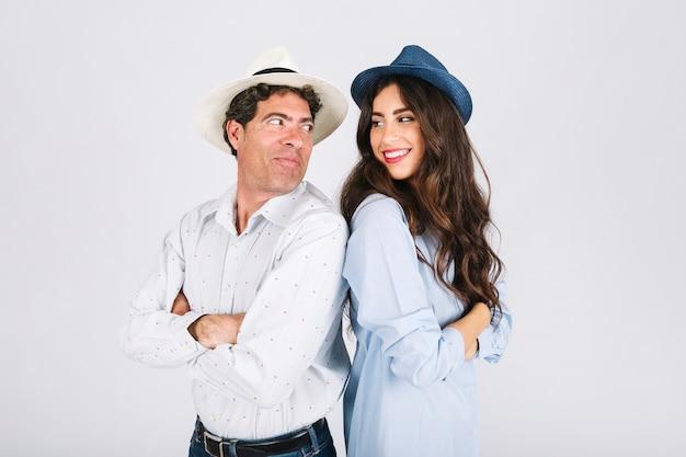 Padre e hija con sombreros mirándose