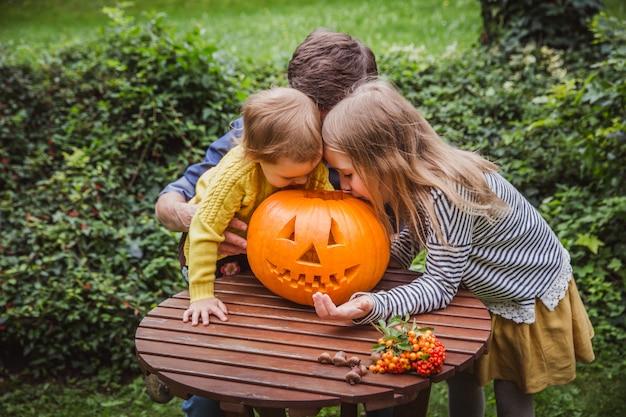 Padre e hija tallando calabaza para halloween