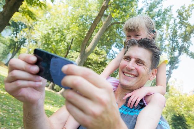 Padre e hija tomando un selfie