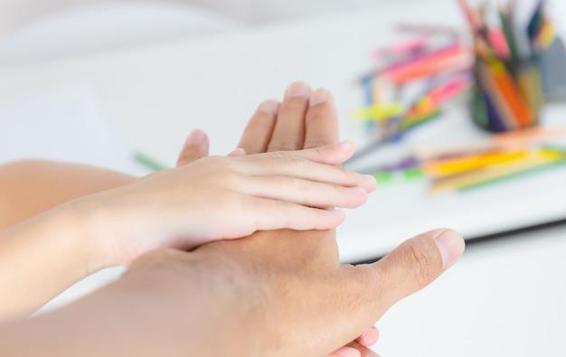 Padre e hija, unir manos