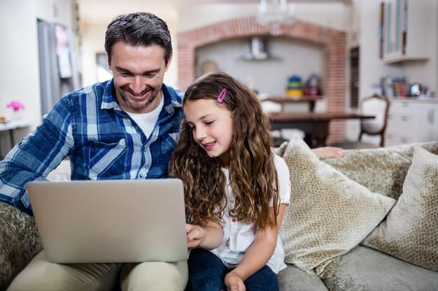Padre e hija usando laptop