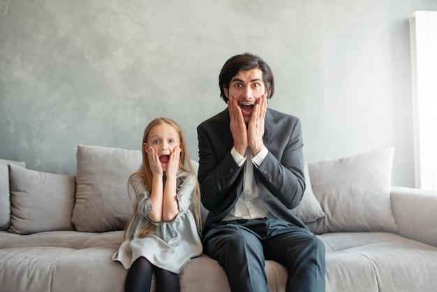 Padre e hija se ven sorprendidos por algo en casa