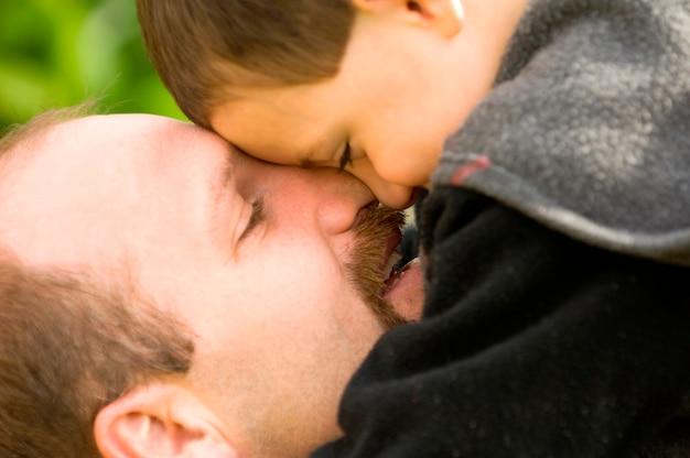 Padre e hijo abrazados