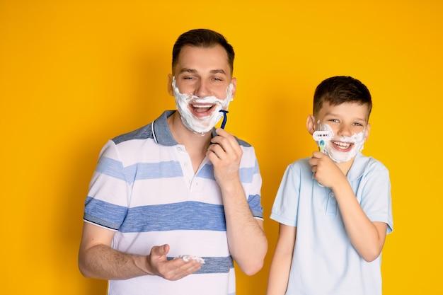 Padre e hijo se afeitan en amarillo