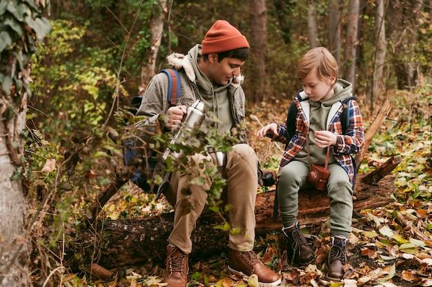 Padre e hijo al aire libre juntos en un viaje por carretera