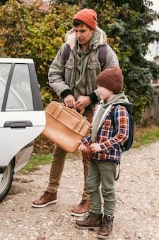 Padre e hijo al aire libre en un viaje por carretera