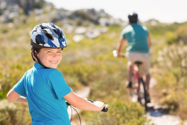 Padre e hijo andando en bicicleta por las montañas