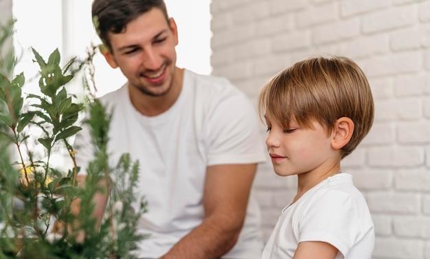 Padre e hijo aprendiendo juntos sobre jardinería
