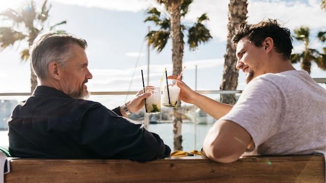 Padre e hijo bebiendo cóctel