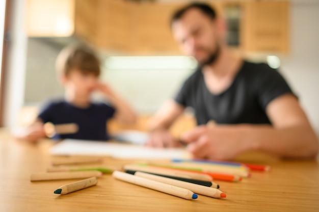 Padre e hijo borrosos en la mesa