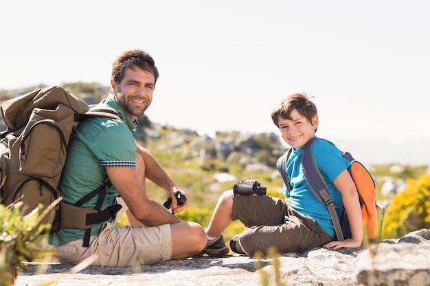 Padre e hijo caminando por las montañas