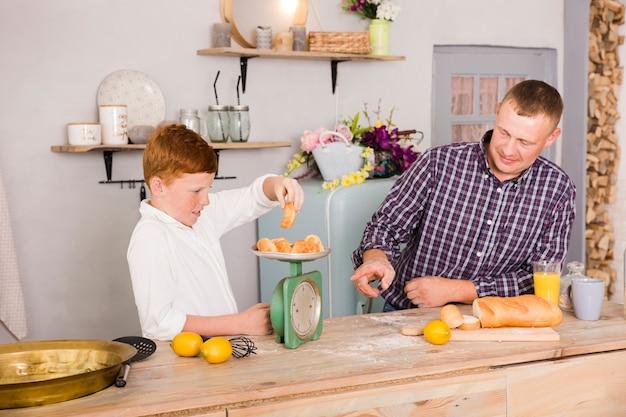 Padre e hijo cocinando juntos