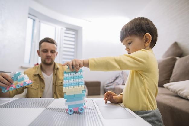 Padre e hijo construyendo un auto