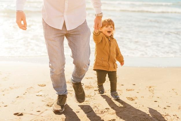 Padre e hijo en la costa iluminada por el sol