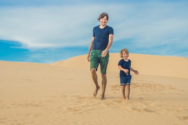 Padre e hijo en el desierto blanco