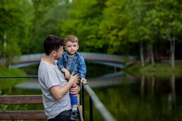 Padre e hijo disfrutando del tiempo libre en el río