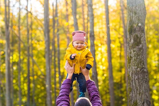 Padre e hijo divirtiéndose al aire libre en la naturaleza otoñal