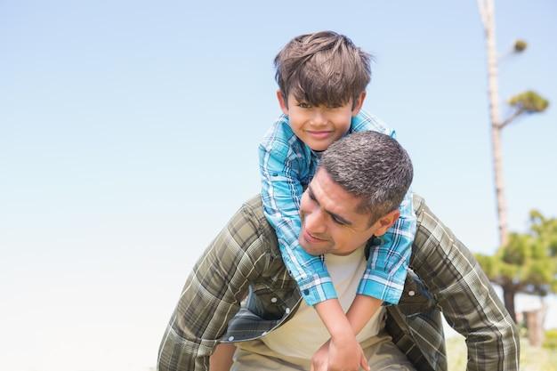 Padre e hijo en el campo en un día soleado