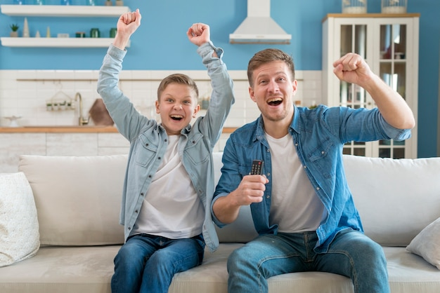 Padre e hijo están emocionados y pasan tiempo juntos